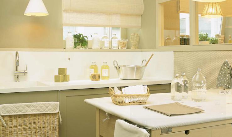 Garrafas de vidro pra guardar produtos de limpeza.