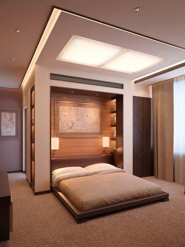 chambre coucher contemporaine avec un lit bas design mural en bois avec des tagres et plafond original avec clairage indirect