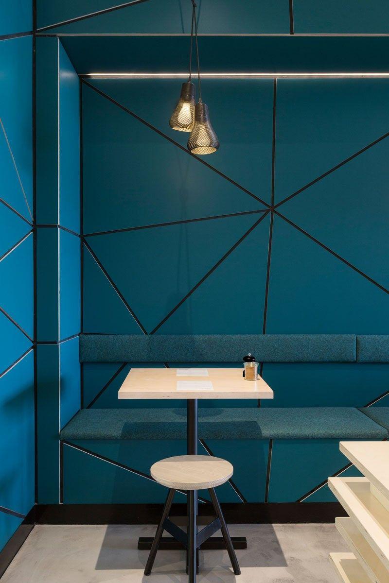 In diesem modernen Café wurden türkis blaue Wände mit einem ...