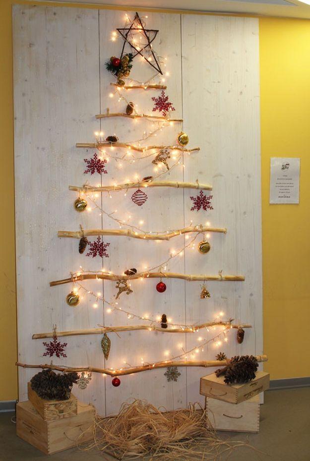 albero di natale a parete, realizzato cpon legnetti e lucine fai da