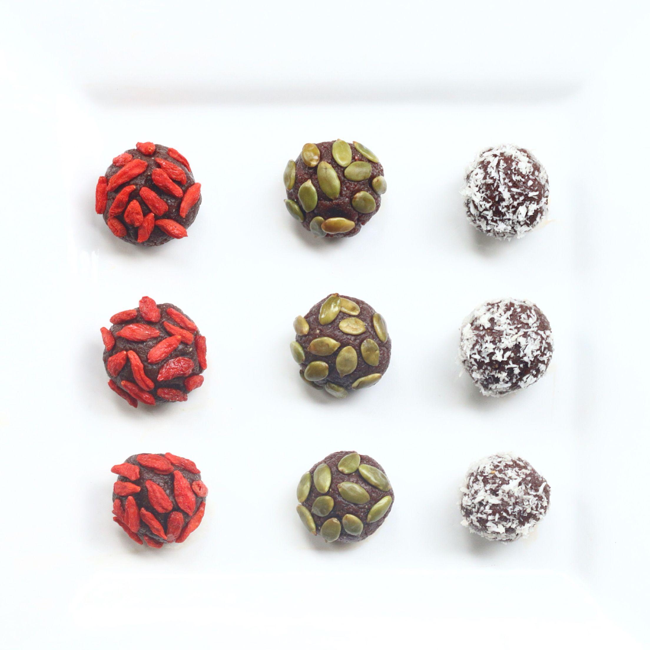 Bliss balls de cacao crudas!!! Tan solo procesé en mi mini pimer de @osterlatino que es ultra potente , una combinación de dátiles, mantequilla de maní, cranberries y cacao en polvo sin azúcar... Receta completa: https://instagram.com/p/BE6p9xRlWjD/  #blissballs #bolitas #saludable #healthy #cacao #chocolate