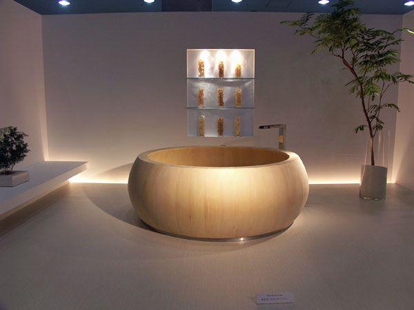 小坂竜氏がデザインした檜風呂(左、中央)と、橋本夕紀夫氏による漆塗りの浴槽