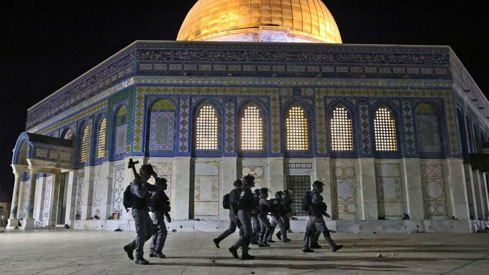 Israeli security forces deployed next to the Dome of the Rock mosque amid clashes with Palestinian protesters at the Al Aqsa mosque compound in Jerusalem on May 7, 2021. (Ahmad Gharabli / Getty Images)    Al Aqsa Mosque attacked