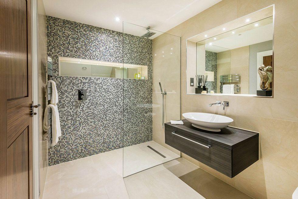 Idea bagno moderno con rivestimento in mosaico bianco e