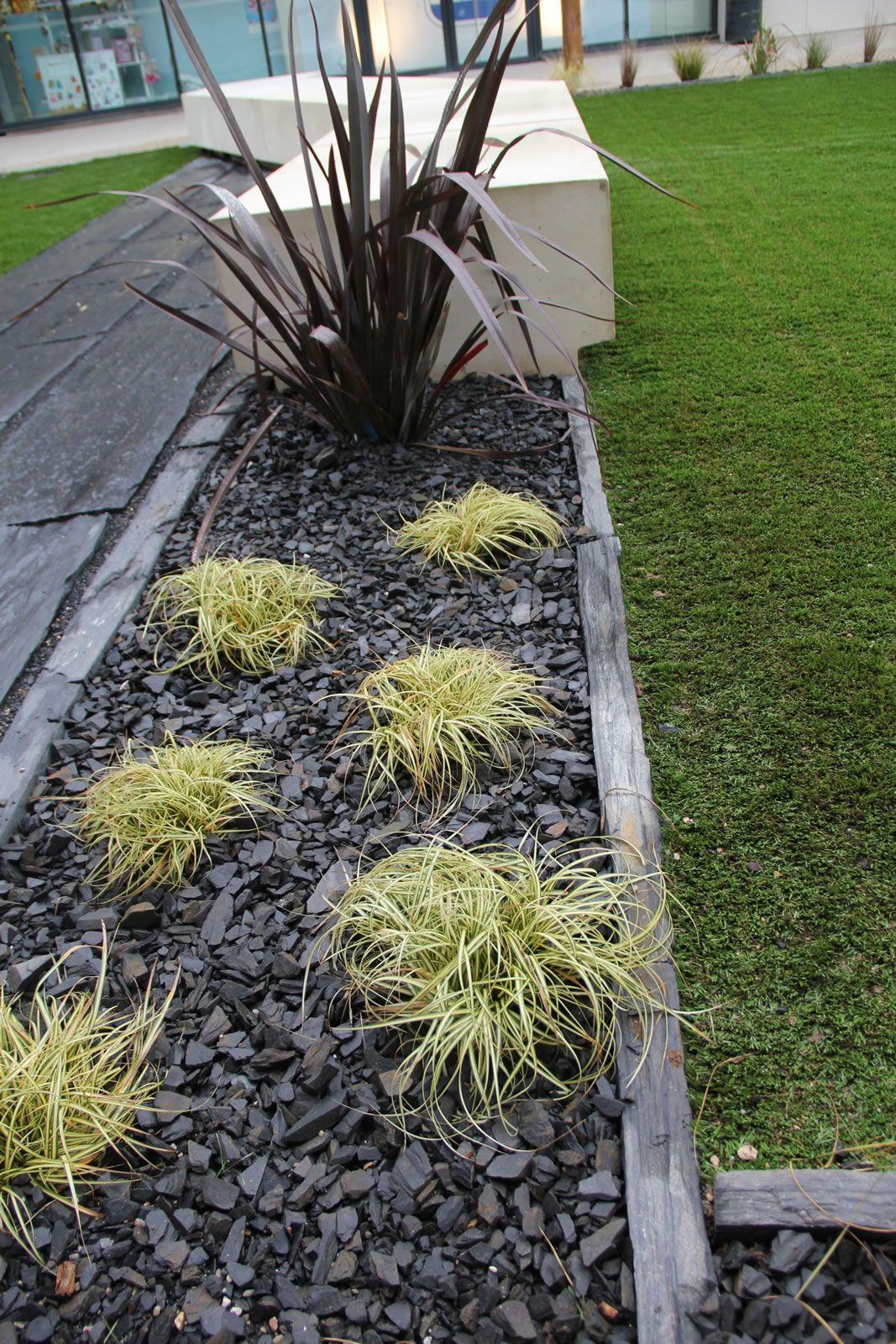 Installer une bordure en piquets d 39 ardoise et planter des for Jardin que planter