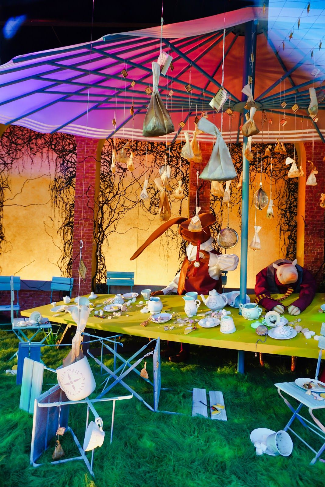 Myer Christmas Windows 2018 (With images)   Christmas window, Alice in wonderland, Christmas