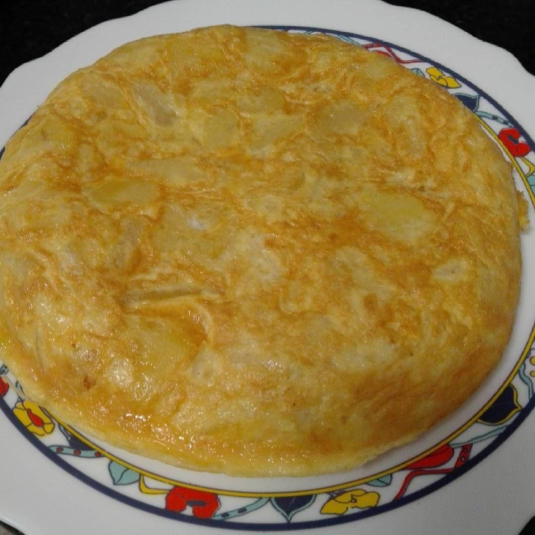 Me quedo de Rodríguez una semana y mi chica me ha dejado este tortillón para que no pase hambre al menos mañana. #LaTortillaNoNecesitaFiltrosHostiaPutaYa #instafood #foodporn
