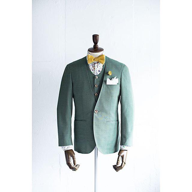 新郎衣装 グリーンでカジュアルなノーカラースーツ 結婚式の新郎衣装に関するお話 カジュアルウェディングまとめ 新郎衣装 新郎 カジュアル カジュアルウェディング