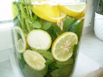 Das perfekte Zitronen - Melissen - Sirup-Rezept mit Bild und einfacher Schritt-für-Schritt-Anleitung: Zitronenmelisse waschen, gut abschütteln und mit den…