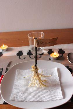 Decorazioni tavola Halloween  la scopa della strega  e94104e55b59