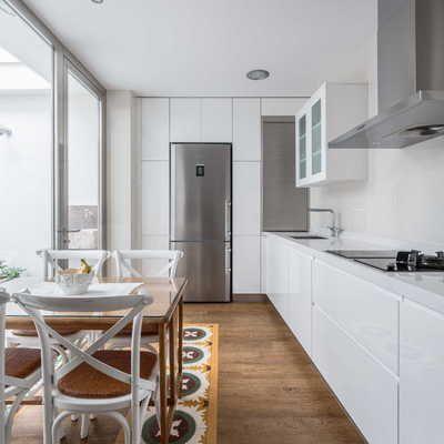 Cocina blanca con nevera de acero inoxidable #mesa #madera ...