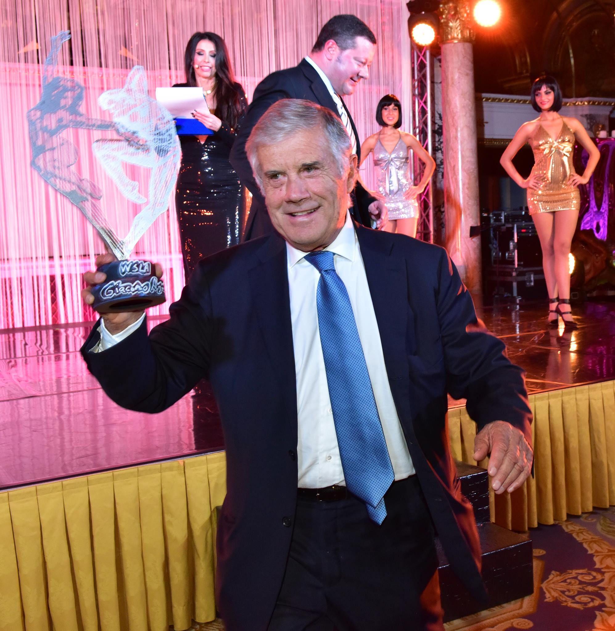 Agostini con il Suo premio al 1° WSLA Award