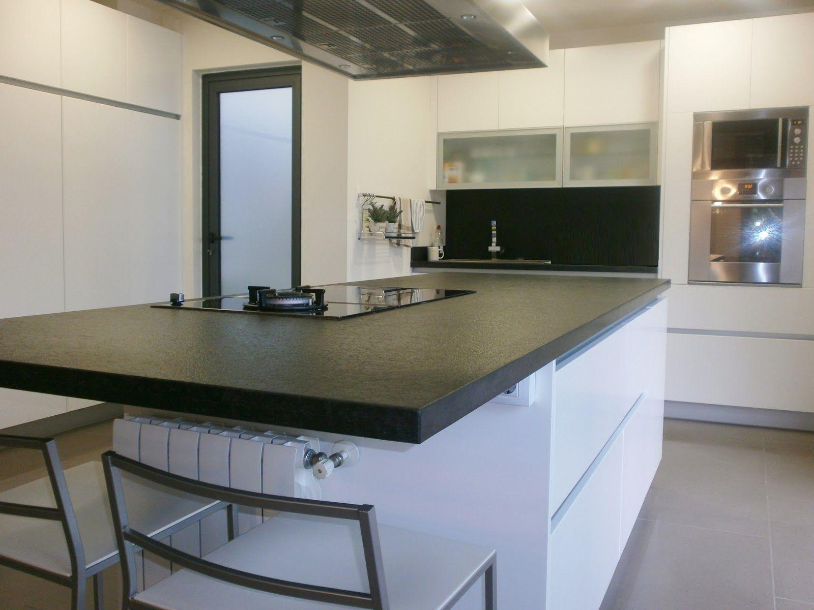 cocina con marmol negro y alacena blanca buscar con google