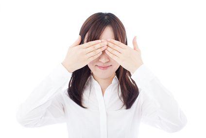 目を手で覆う女性