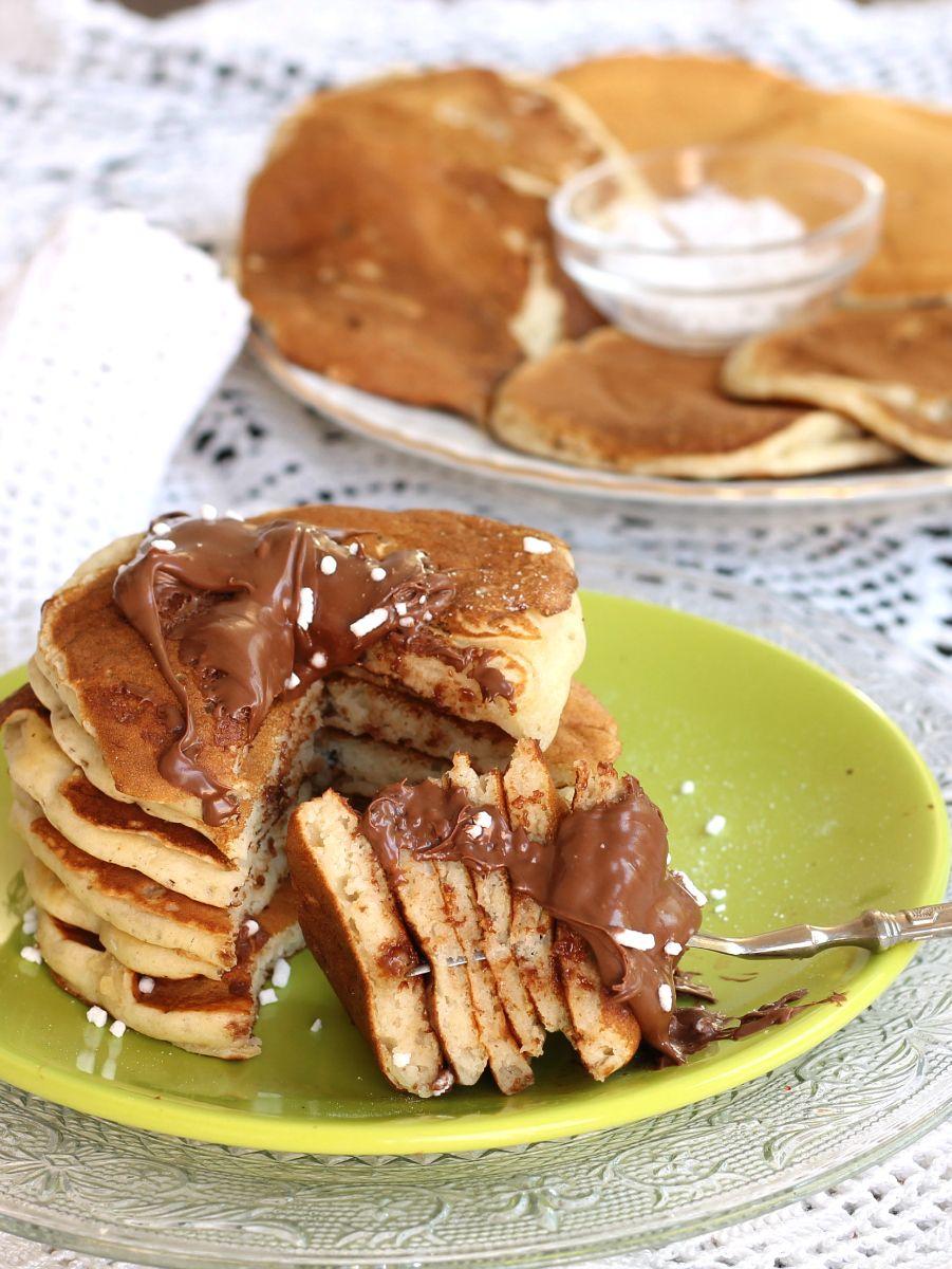 Banana pancakes ricetta facile e veloce per preparare pancakes morbidi senza burro. Ottimi da servire per colazione o merenda, anche col gelato.