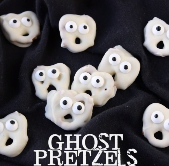 Ghost Pretzels – White chocolate dipped pretzels are made into ghosts with candy eyes and a little bit of imagination. A fun treat for Halloween! #allwhiteparty