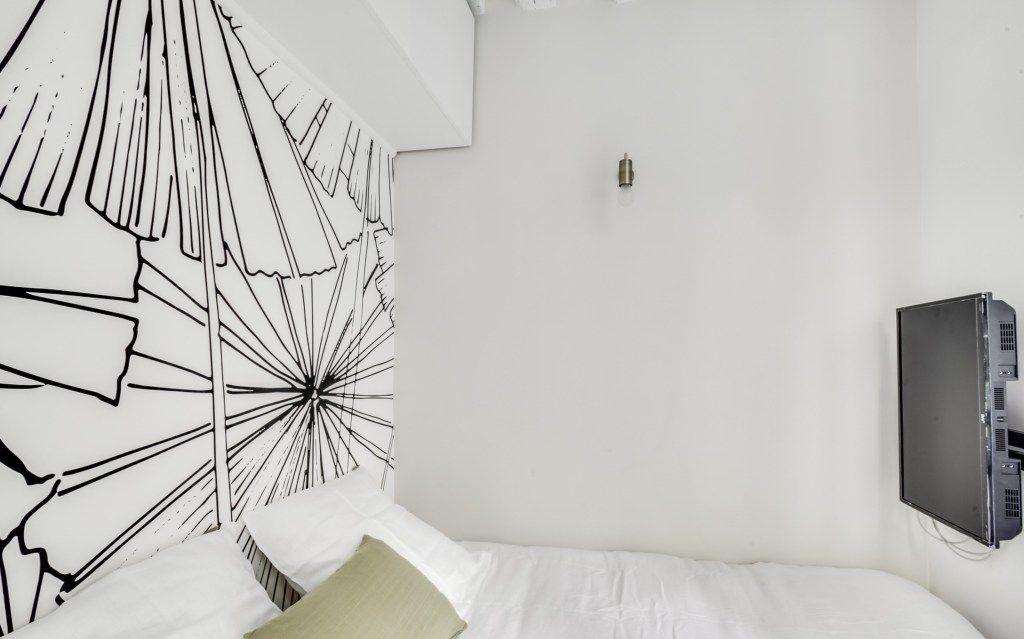 Un Studio Parisien Avec Un Coin Nuit Separe Planete Deco A Homes World Decoration Petit Appartement Amenagement Petit Appartement Amenagement Studio 20m2