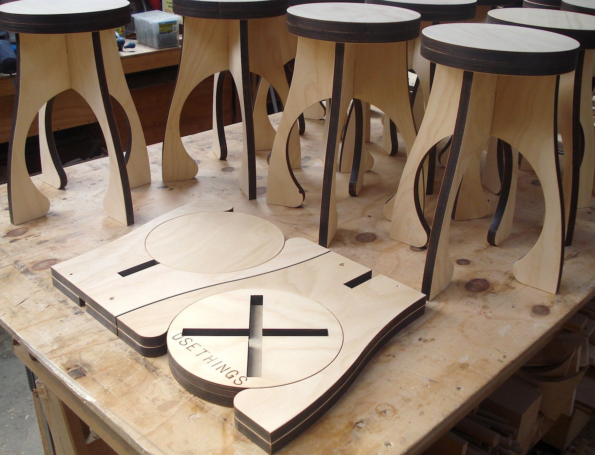 Alien stool flat packs for efficient distribution for Flat pack muebles