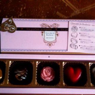 職場のお姉さまから戴いた、バレンタインチョコレート♪  This is a chocolate box made at KOBE FUGETSUDO. I gave this from my office's girl. very very glad!!