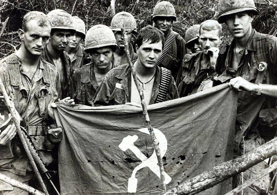 American Soldiers Holding Up A Captured Communist Flag Vietnam 1967 920x647 R Historyporn Vietnam War Vietnam War Photos Vietnam