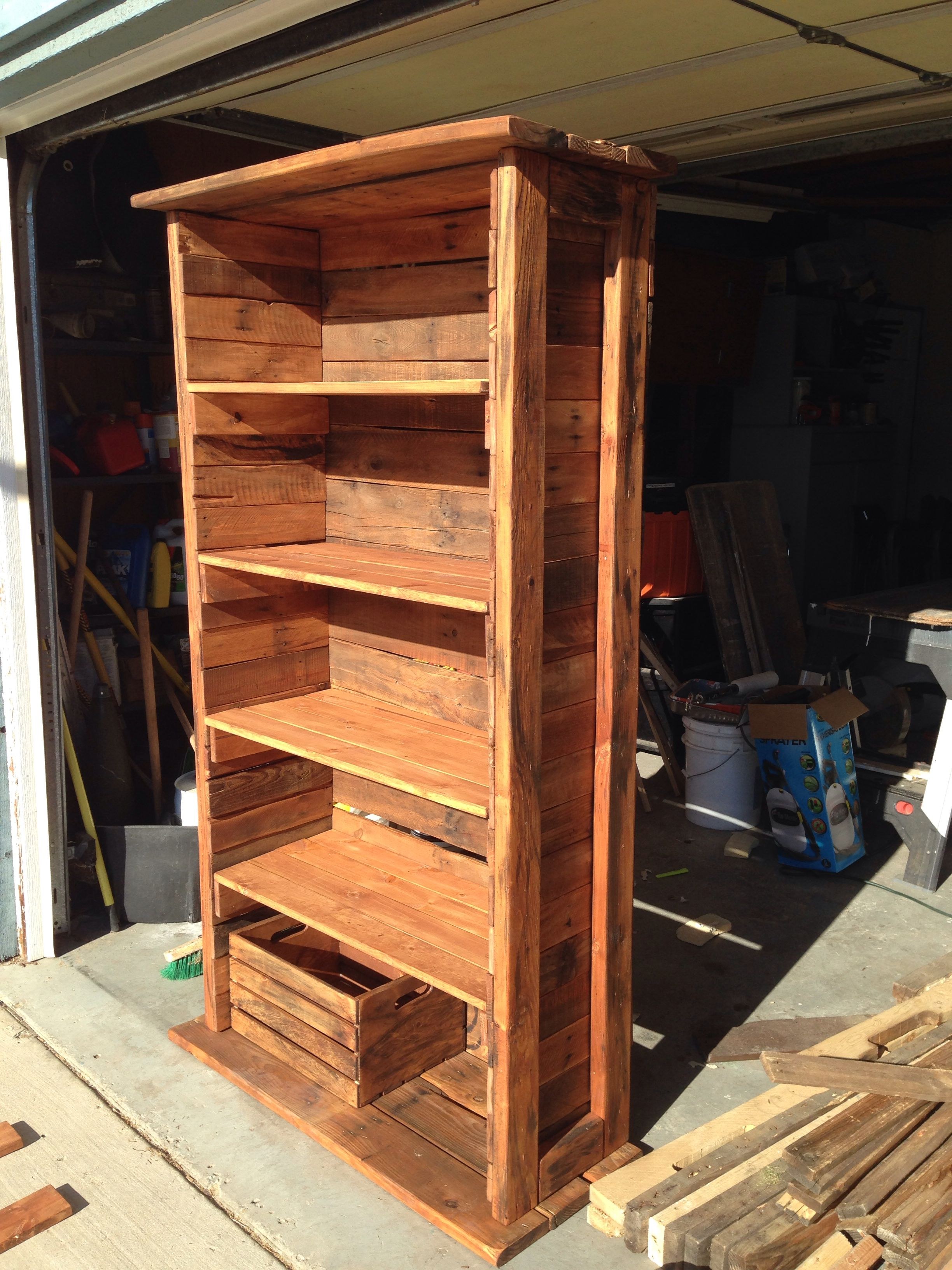 Bookshelf made out of pallets and recycled wood ...