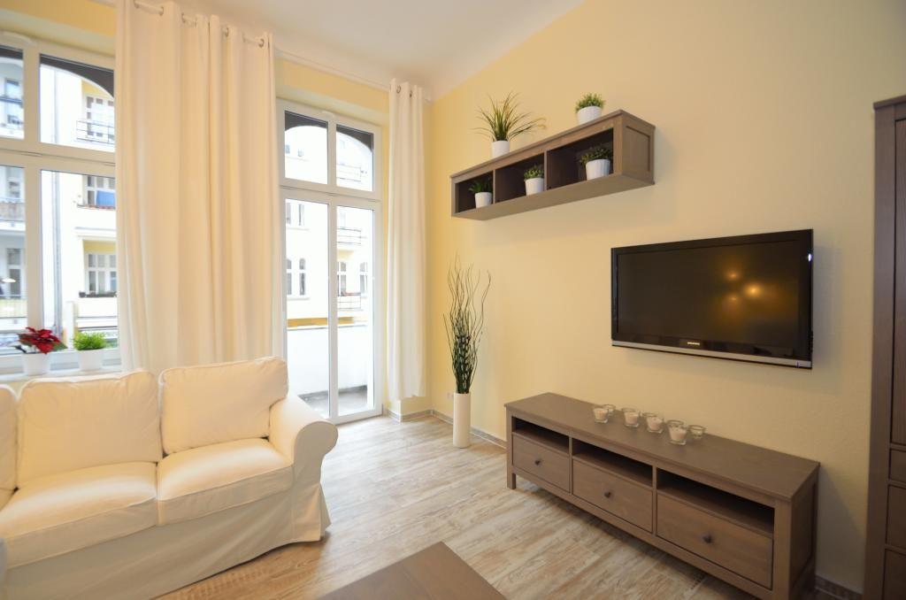 Modernes Wohnzimmer mit weißer Couch und Dielenboden. Wohnen in ...