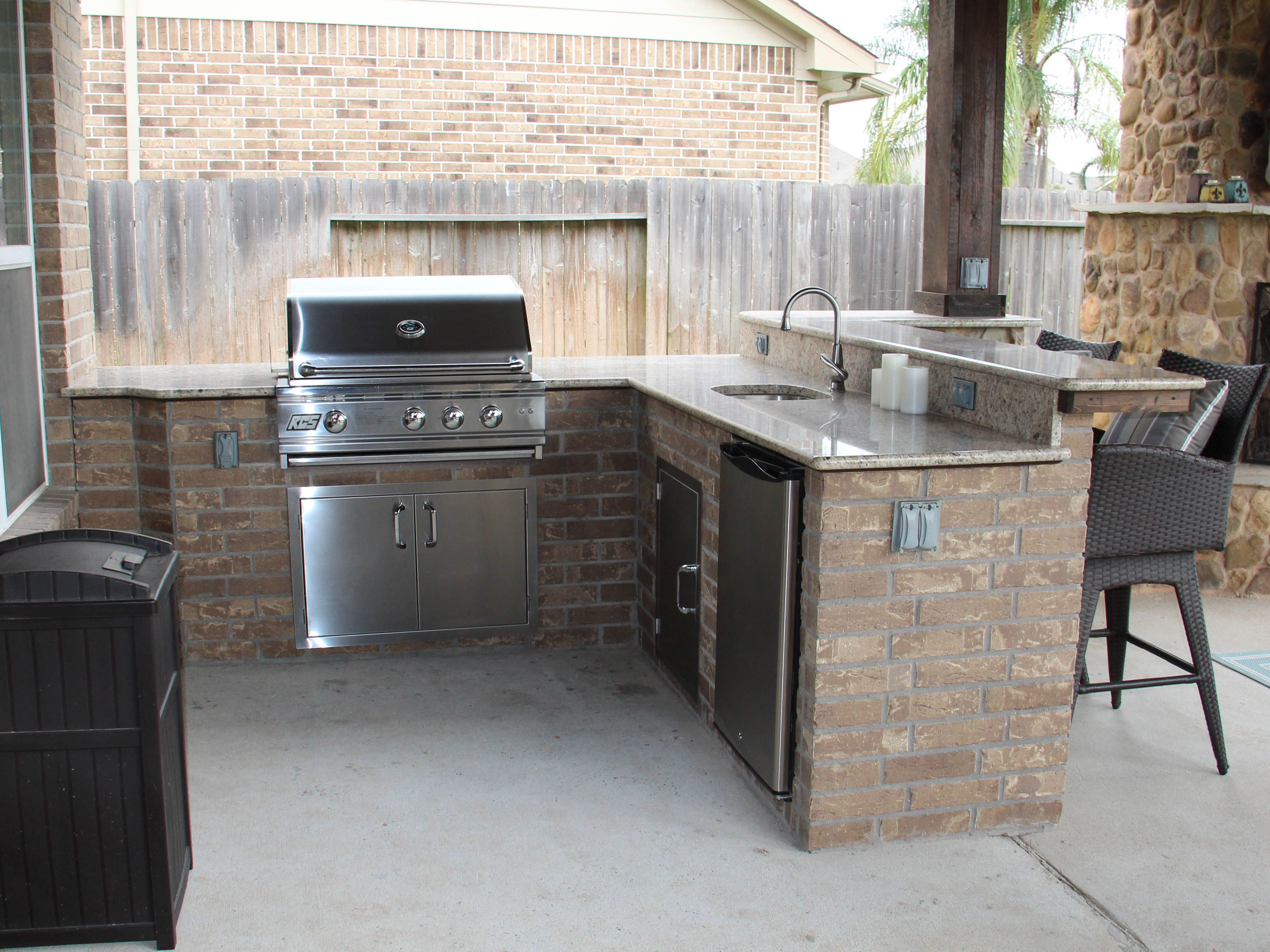 Www Customoutdoors Com L Shaped Outdoor Kitchen With Grill Refrigerator Sink Raised Serving Bar Outdoor Kitchen Kitchen Serving Bar