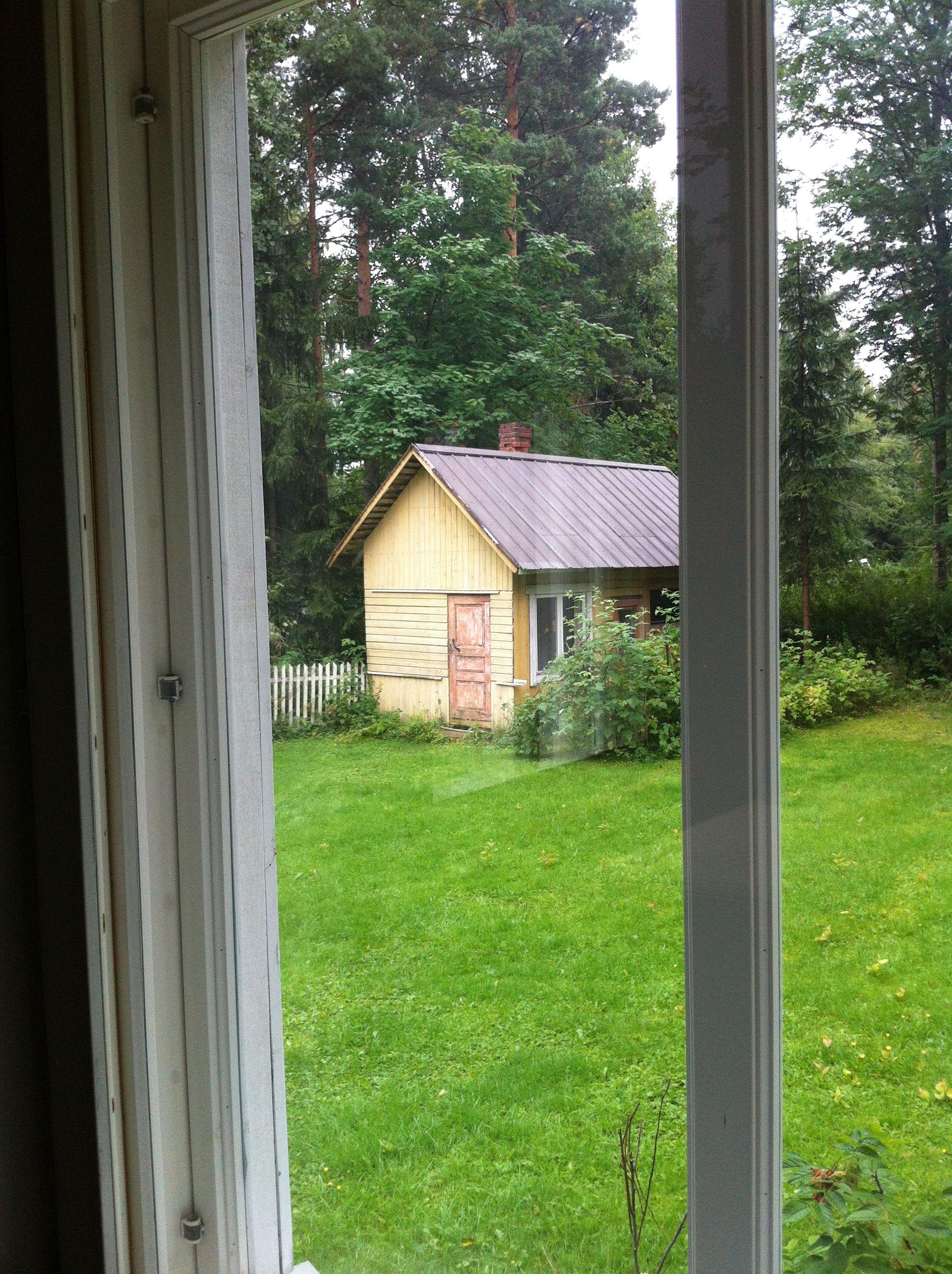 Pihasauna näkyy olohuoneen ikkunasta.