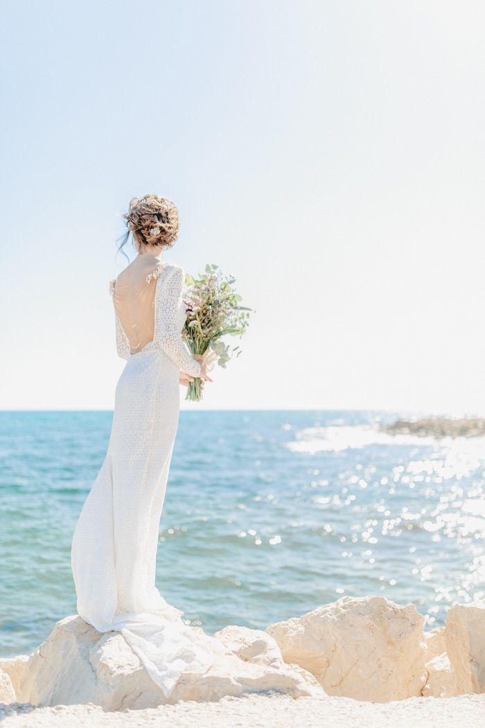 Spanish Vibes | Friedatheres.com beach wedding spain Fotos: In Love by Bina Terré Kleid: Victoria Rüsche Make-Up & Haare: La Chia Haarschmuck & Rückenkette: La Chia Model: Lucia Auto: Autoboda