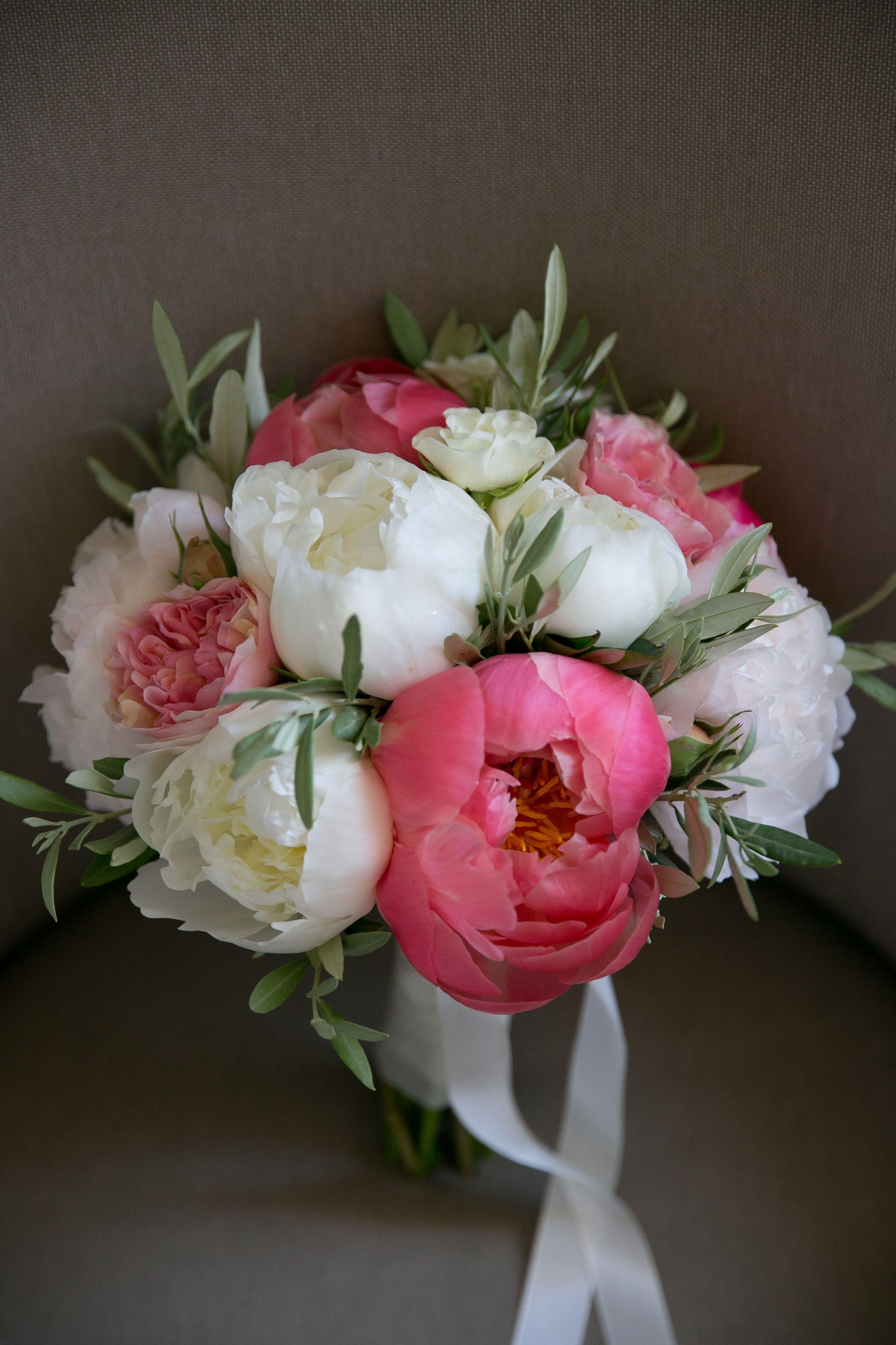 Bouquet de la mari e rond pivoines blanches et roses feuillages d 39 olivier par la titia c - Bouquet pivoine mariage ...