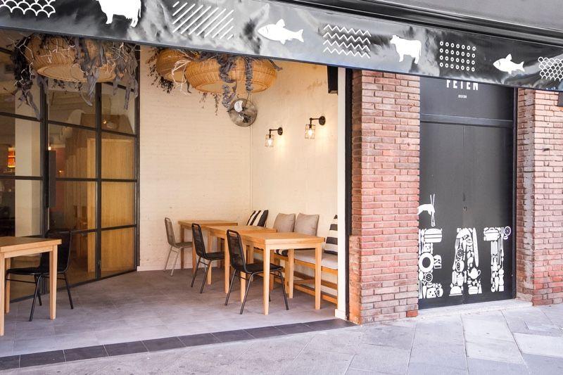 Fetén Sushi Bistro era la premisa de 2 jóvenes amigos para su primer restaurante. Un local con historia familiar situado en Castelldefels. #interiordesign #barcelona #castelldefels #wood  #brick #chairs #tables #interiorismo #restaurant  #sushi #fetén #bistro #outside