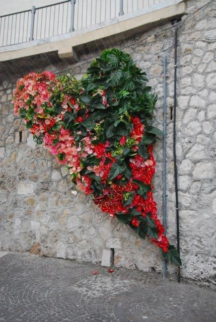 A big floating heat of 2000 anthuriums made for a streetfestival