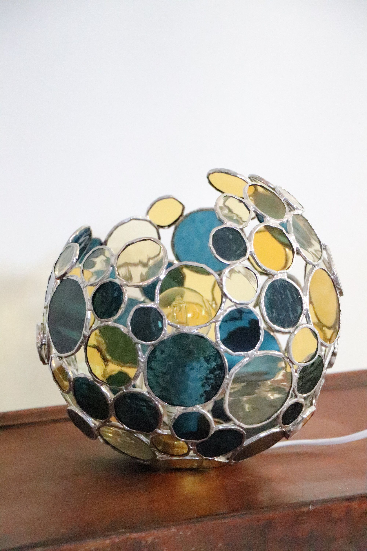 Lampe Boule A Bulles En Vitrail Tiffany En Verre Bleu Jaune Art Du Verre Lampe A Posee Par Aufildelamatiere Sur L Art Du Vitrail Art Du Verre Art Verrier