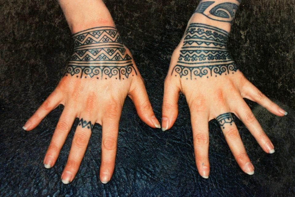 I love the 'lace' look of these hand tattoos