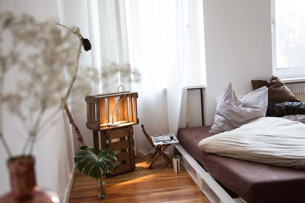 Diy Beistelltisch Und Palettenbett Furs Schlafzimmer Diy Bett