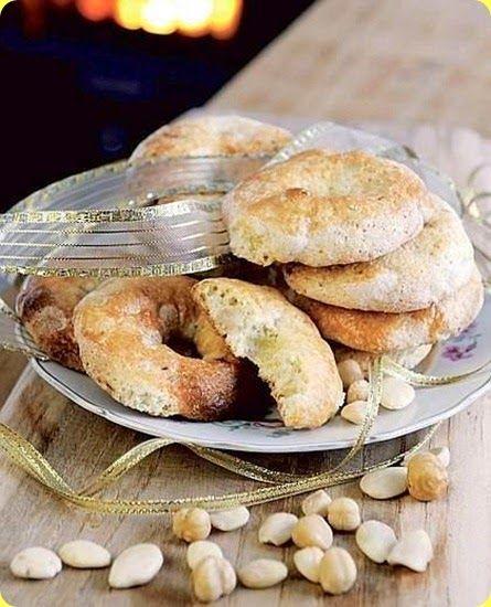 I roccocò sono biscotti della tradizione natalizia partenopea.   Ingredienti: per 4 persone          270 g di farina         230 g di zucchero         160 g di mandorle sgusciate         10 g di spezie in polvere (chiodi di garofano, cannella, noce moscata)         1 uovo         1 g di ammoniaca per dolci      I roccocò sono biscotti della tradizione natalizia partenopea realizzati con un impasto speziato a base di zucchero, canditi e mandorle. Realizzati solitamente nella classica form