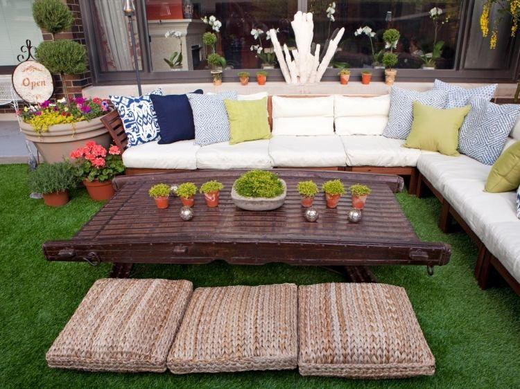 Die Sitzecke Auf Balkon Oder Terrasse Wirkt Noch Gemütlicher Mit ... Kunstrasen Auf Balkon Terrasse Garten