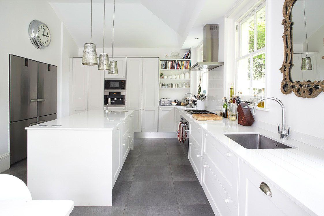 Biała Kuchnia I Szara Podłoga Szukaj W Google Kitchen In