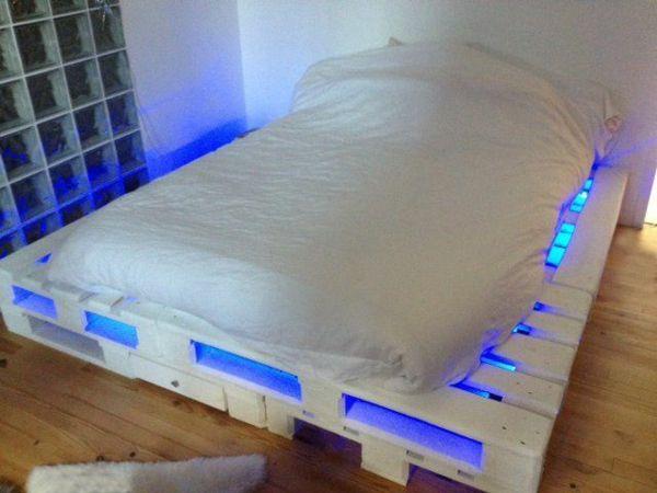 DIY Betten aus Holzpaletten blau beleuchtet Ideen Pinterest - moderne betten ideen