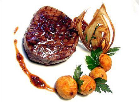 Tournedos de bœuf grillé, parfum de béarnaise dans une