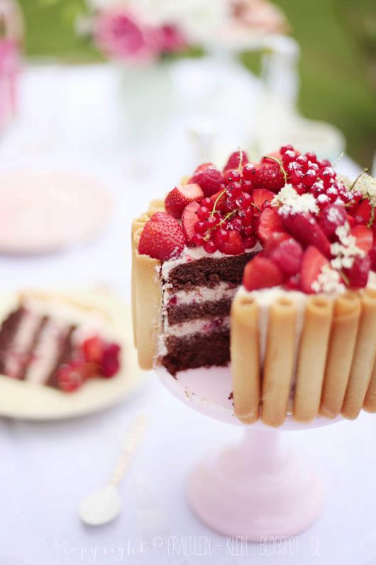 sommerlich in Pastell • SchokoNussTorte mit roten Beeren