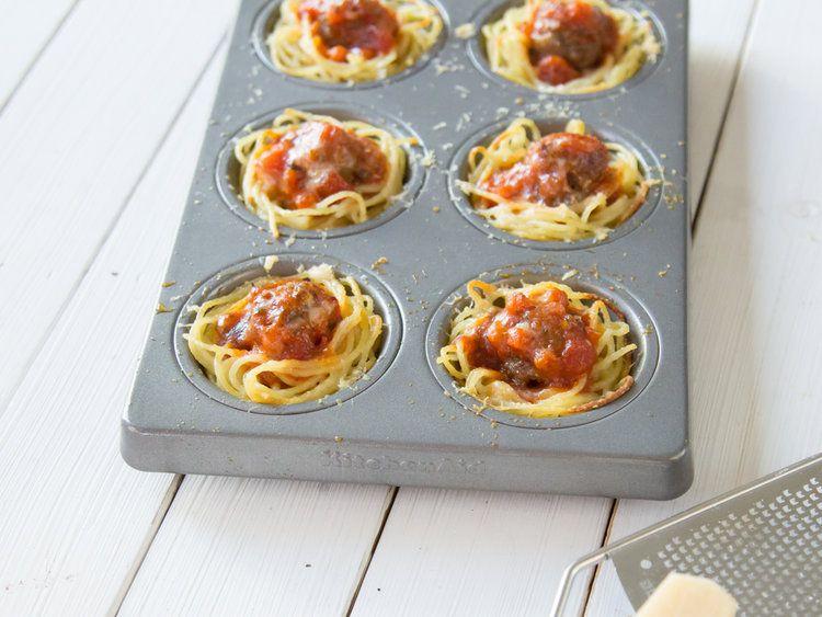 Spaghetti-Muffins mit Fleischbällchen und Tomatensauce