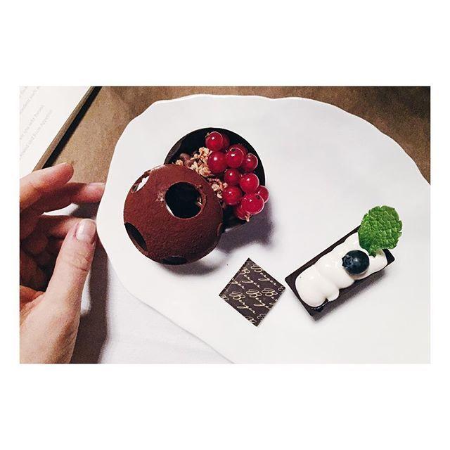 Der süße Abschluss beim großen Blogger Dinner mit @polly.pommes @livingthehealthychoice und @sanzibell auf Schloss Schwante. #ivehadamrexperience #schlossschwante #foodblogger #bloggerdinner #fraeuleinchenunterwegs #fraeuleinchenrebecca #sweets #chocolatelove #bergerschokolade #mrgoodiebag