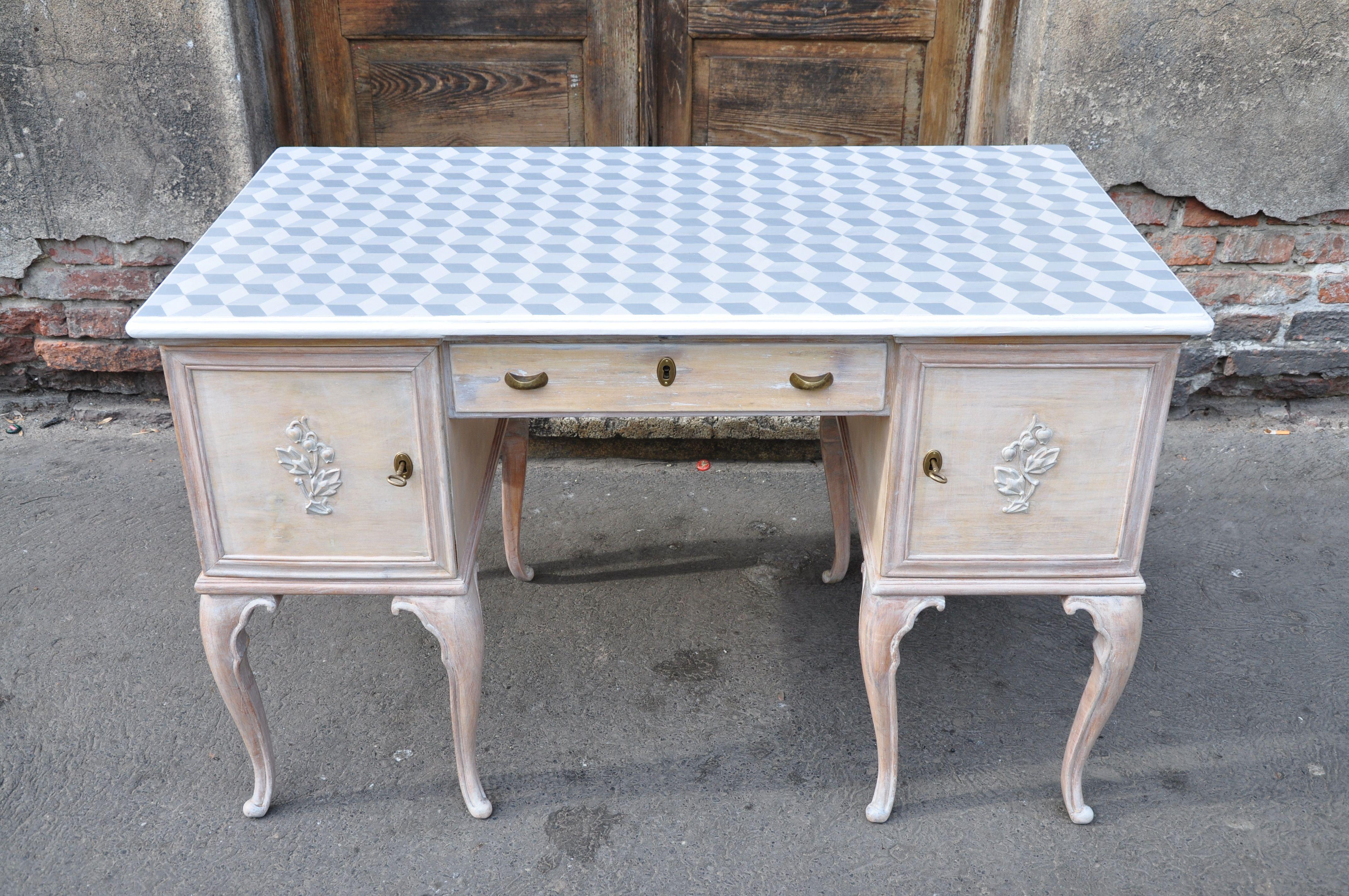 secesyjne biurko z ręcznie malowanym blatem w heksagonalny wzór, drewno wybarwione na biało http://dwiebaby.pl/zrealizowane-projekty/