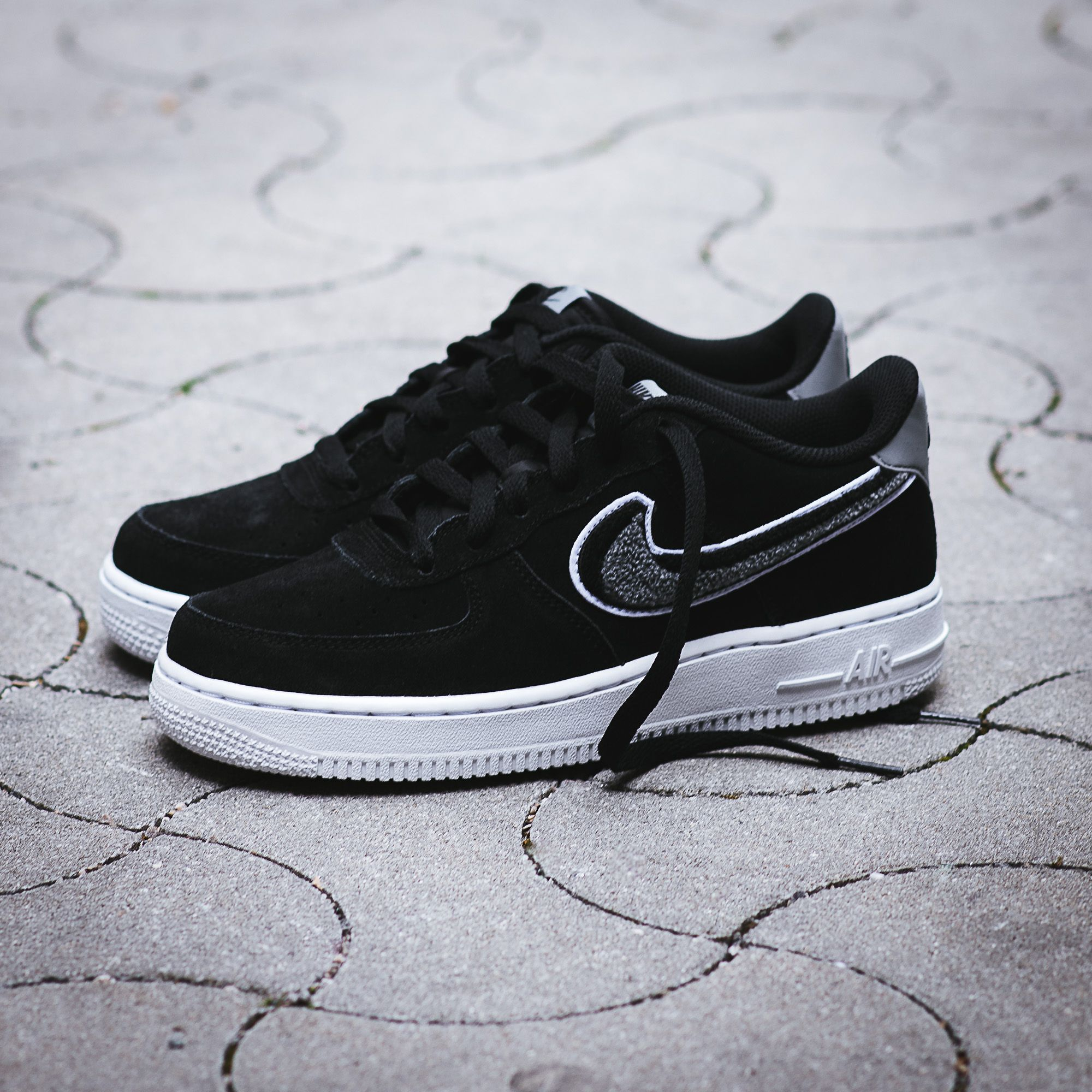Put A Little Extra On These Air Force One S Gs Version With A Double Stitched Plush Like Swoosh Get These Now On Nike Air Force Schwarze Turnschuhe Nike Air
