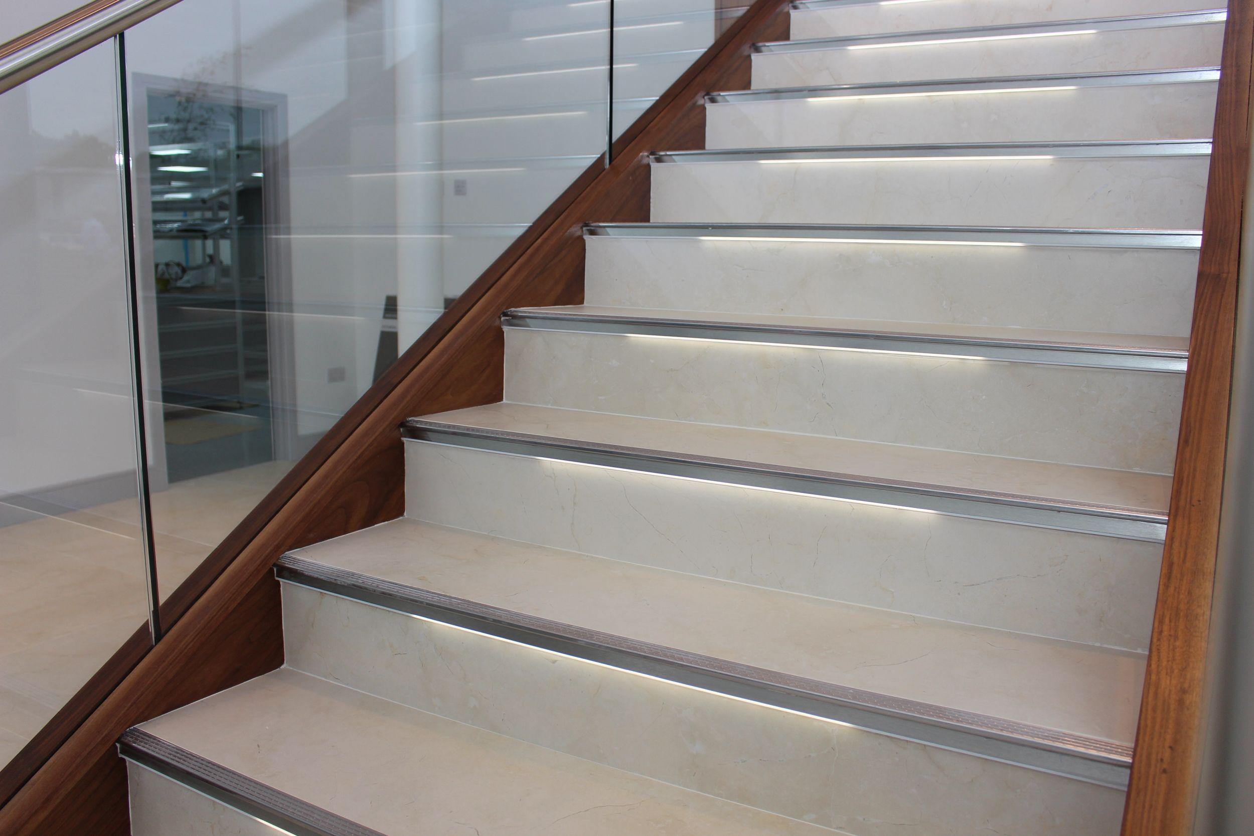 Die Treppe Als Blickfang Eleganz Und Sicherheit Dank Beleuchteter Profile In 2020 Treppe Beleuchten Blickfang