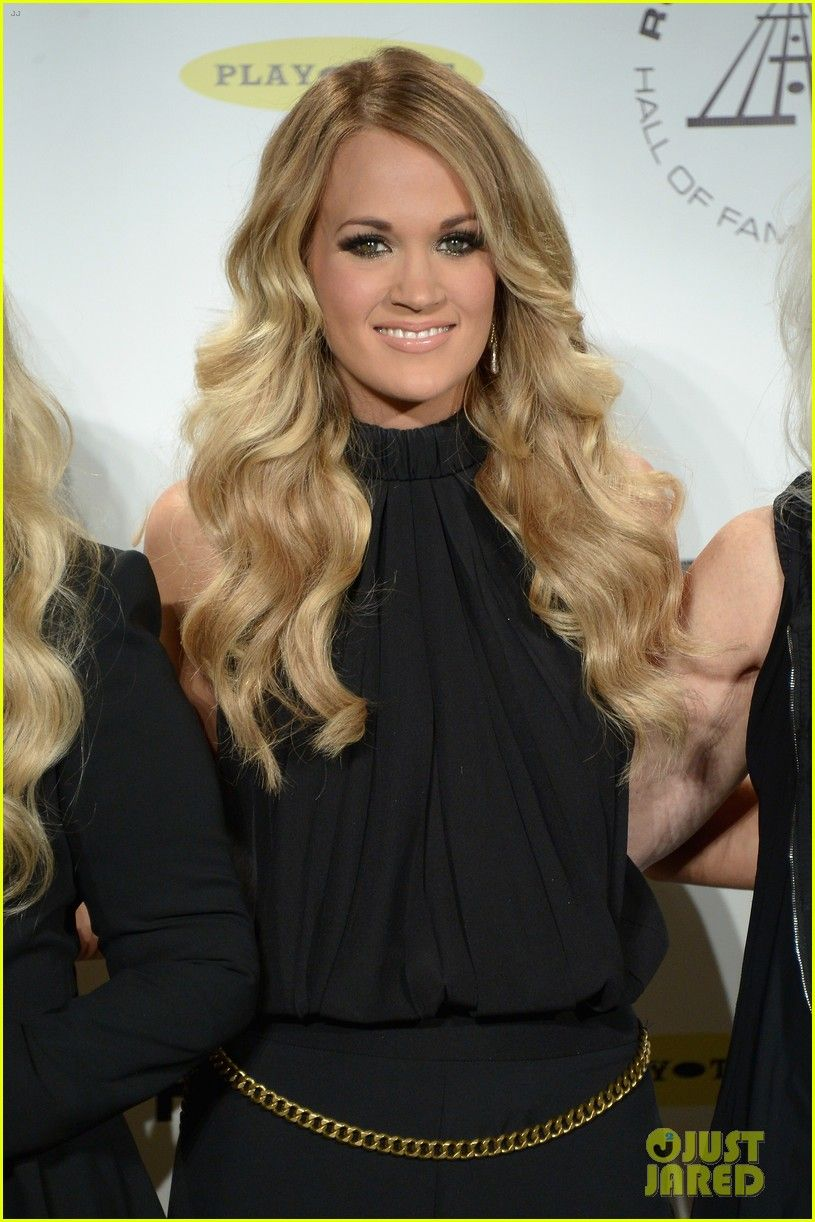 Carrie Underwood Rock Roll Hall Of Fame Induction 05 Carrie Underwood Poses For A Photo Backstag Carrie Underwood Hair Carrie Underwood Photos Carrie Underwood