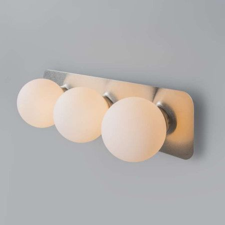 Vintage Badezimmerlampe Wandleuchte Kate III Stahl Sehr sch ne Badezimmer Wandleuchte mit drei wei en Kugeln aus Opalglas auf