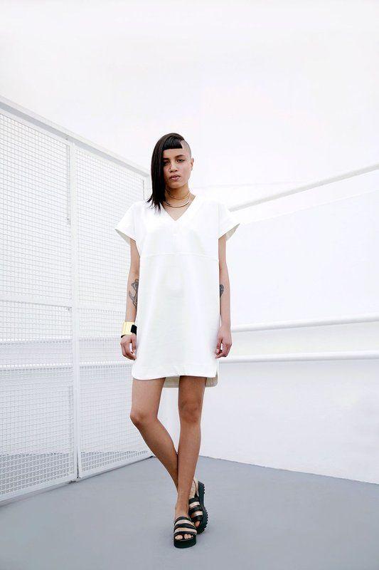 DESCRIÇÃO Vestido off white com shape exclusivo e despojado. Não fica grudado ao corpo. Feito no Brasil, por mulheres que amam o que fazem! INSPIRAÇÃO Aura | s.f. 1. Campo de energia que irradia dos seres vivos. 2. Conjunto de elementos sutis que caracterizam dada coisa ou pessoa. 3. Vento ameno, brando e agradável; brisa, aragem. COMPOSIÇÃO 70% Poliester | 25% Viscose | 5% Elastano MEDIDAS P: 82cm de comprimento x 106cm de busto x 108cm de quadril M: 83cm de comprimento x 108cm de busto x…