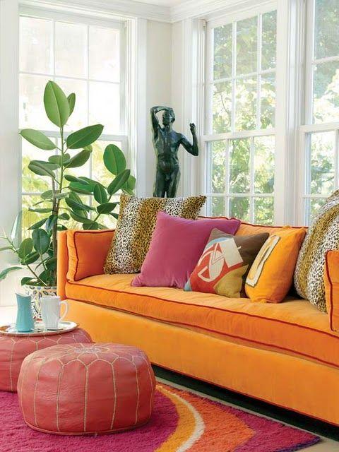 Sofá laranja com tapete pink.